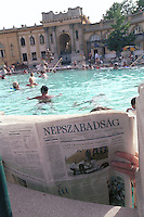 HUNGARY Budapest, Széchenyi Thermal bath, which is heated by geothermal water, reading of critical newspaper Népszabadság / UNGARN Budapest, Badende im Széchenyi Thermalbad, die Baeder werden mit geothermischen Wasser betrieben, Besucher liest die kritische Zeitung Népszabadság im Bad
