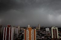 FOTO EMBARGADA PARA VEICULOS INTERNACIONAIS. SÃO PAULO, SP, 10/02/2013,NUVENS CARREGADAS. Nuvens carregadas sobre São Paulo, na tarde desse Domingo (10). Luiz Guarnieri/ Brazil Photo Press/