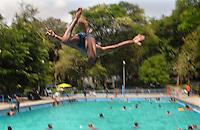 Addis Abeba, ragazzo in piscina