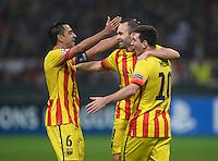 FUSSBALL  CHAMPIONS LEAGUE   SAISON 2013/2014   Vorrunde     AC Mailand - FC Barcelona       22.10.2013 JUBEL Barca; Torschuetze zum 1-1 Ausgleich Lionel Messi (re) umarmt von Xavi Hernandez (li) und Andres Iniesta (Mitte)