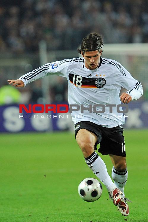 Fussball, L&auml;nderspiel, WM 2010 Qualifikation Gruppe 4 Westfalen Stadion Dortmund ( SIGNAL IDUNA PARK )<br />  Deutschland (GER) vs. Russland ( RUS )<br /> <br /> Mario Gomez ( Ger / VFB Stuttgart #18)<br /> <br /> Foto &copy; nph (  nordphoto  )<br />  *** Local Caption ***