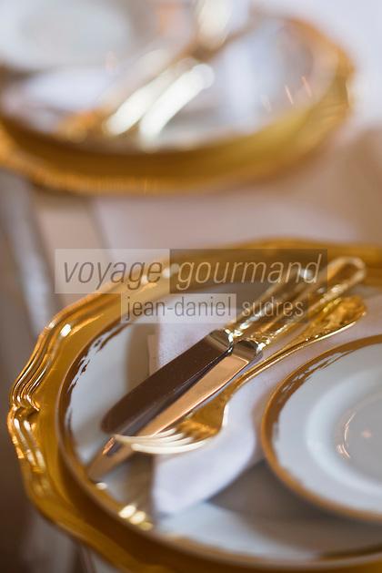 Europe/Monaco/Monte Carlo: restaurant: Louis XV / Alain Ducasse à l'Hôtel de Paris - détail de la vaisselle en vermeil