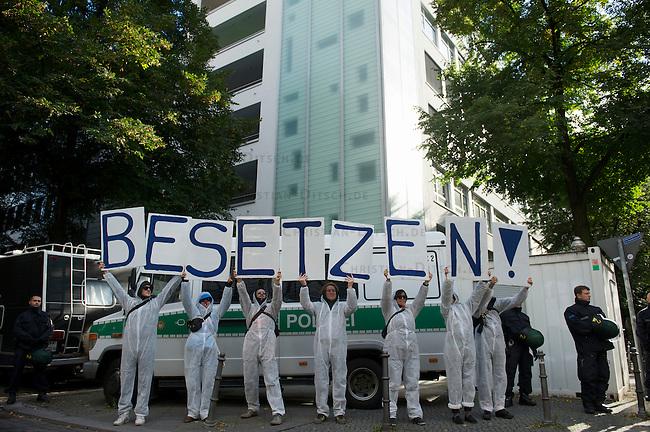 Unter dem Motto &bdquo;Keine Profite mit der Miete&ldquo; beteiligten sich am Samstag den 28. September 2013 nach Angeben der Vranstalter ueber 10.000 Menschen in 12 deutschen Staedten an Aktionen und Demonstrationen.<br />In Berlin gingen unter dem Motto &bdquo;Wem gehoert Berlin?&ldquo; etwa 3000 Menschen auf die Strasse. Zu der Demonstration aufgerufen hatten unter anderem MieterInneninitiativen und Organisationen wie der Berliner Wassertisch und das Aktionsbuendnis A100-Stoppen sowie Studierendengruppen.<br />28.9.2013, Berlin<br />Copyright: Christian-Ditsch.de<br />[Inhaltsveraendernde Manipulation des Fotos nur nach ausdruecklicher Genehmigung des Fotografen. Vereinbarungen ueber Abtretung von Persoenlichkeitsrechten/Model Release der abgebildeten Person/Personen liegen nicht vor. NO MODEL RELEASE! Don't publish without copyright Christian-Ditsch.de, Veroeffentlichung nur mit Fotografennennung, sowie gegen Honorar, MwSt. und Beleg. Konto:, I N G - D i B a, IBAN DE58500105175400192269, BIC INGDDEFFXXX, Kontakt: post@christian-ditsch.de<br />Urhebervermerk wird gemaess Paragraph 13 UHG verlangt.]