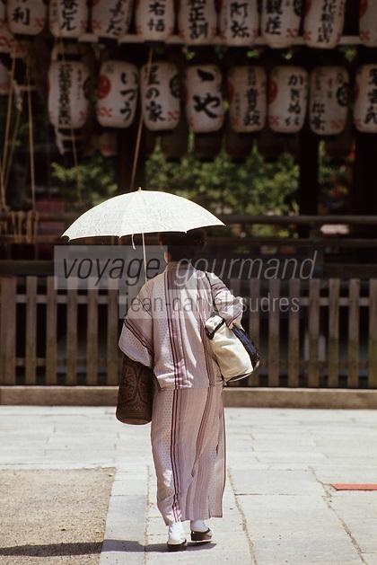 """Asie/Japon/Kyoto: Japonaise dans le parc """"Maruyama"""" et le sanctuaire """"Yasaka Jinja"""""""