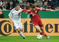 Fussball DFB Pokal:  Saison   2011/2012  2. Runde  26.10.2011 FC Bayern Muenchen - FC Ingolstadt 04 Tobias Fink (li, FC Ingolstadt ) gegen Thomas Mueller (FC Bayern Muenchen)