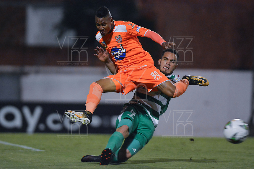 ENVIGADO -COLOMBIA, 18-10-2019: Arley Rodriguez de Envigado disputa el balón con John Edison Garcia de Equidad durante partido por la fecha 18 de la Liga Águila II 2019 entre Envigado FC y La Equidad jugado en el Polideportivo Sur de la ciudad de Envigado. / Arley Rodriguez of Envigado fights for the ball with John Edison Garcia of Equidad during match for the date 18 of the Aguila League II 2019 between Envigado FC and La Equidad played at Polideportivo Sur in Envigado city city.  Photo: VizzorImage/ León Monsalve / Cont