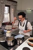 Europe/Autriche/Tyrol/Schlitters: Préparation du repas de Noël chez Mme Hirschuber