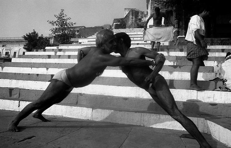 12.2010 Varanasi (Uttar Pradesh)<br /> <br /> Men making exercises in the ghat.<br /> <br /> Hommes en train de faire des exercises sur le ghat.