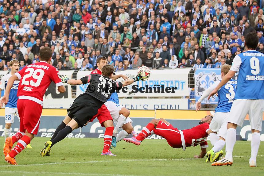 Christian MAthenia (SV 98) rettet und verletzt sich dabei - SV Darmstadt 98 vs. FSV Frankfurt, Stadion am Boellenfalltor
