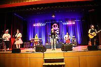 """Comedian Mirja Boes mit ihrer Band """"Honkey Donkeys"""" bei ihrem Auftritt im Buergerhaus Moerfelden-Walldorf mit """"Fuer Geld tun wir Alles"""""""