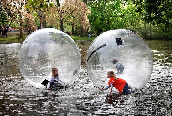 Waterballen  in het Vondelpark in Amsterdam