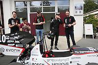 """Das DART-Team legt vor der großen öffentlichen Präsentation noch letzte Handgriffe an den Boliden """"Lambda 2016"""", Teamchef Rouven Welches nach dem erfolgreichen Test"""