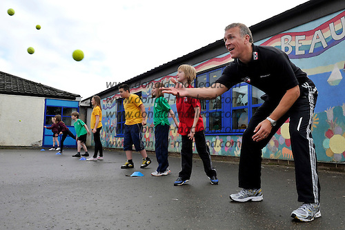 Clydesdale Bank CB40 competition Ambassador Alec Stewart at Cramond Primary School - Cramond - with members of the Cricket Scotland coaching team – picture by Donald MacLeod – 13.10.11 – clanmacleod@btinternet.com 07702 319 738 donald-macleod.com