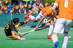BLOEMENDAAL - Manu Stockbroekx (Bldaal)  met Tijmen Reijenga (Den Bosch) tijdens de hoofdklasse competitiewedstrijd hockey heren,  Bloemendaal-Den Bosch (2-1) COPYRIGHT KOEN SUYK