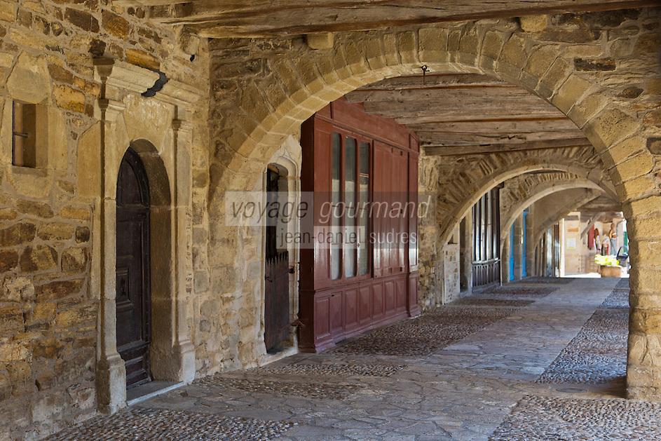 Europe/France/Midi-Pyrénées/12/Aveyron/Sauveterre-de-Rouergue: les couverts de la place centrale de la bastide<br /> Plus beaux Villages de France