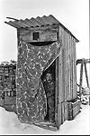 Drewniana toaleta w Bukowinie Tatrza?skiej, poczatek lat 80. XX wieku.
