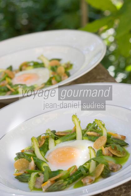 """Europe/France/Provence-Alpes-Cote d'Azur/84/ Vaucluse/Avignon: Oeuf au plat aux coquillages et asperges recette de Sebastien Aminot chef  de l' Hotel-restaurant """"La Mirande"""""""