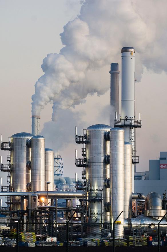 Nederland, Maasvlakte bij Rotterdam, 18 febr 2008<br /> Industriecomplex met rokende schoorstenen op de maasvlakte<br /> Foto (c) Michiel Wijnbergh