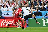 Jonas Hector (D) gegen Lukasz Piszczek (POL) - EM 2016: Deutschland vs. Polen, Gruppe C, 2. Spieltag, Stade de France, Saint Denis, Paris