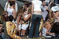 AMSTERDAM-HOLANDA- Una pareja de mujeres se besa en un bote navegando por los canales de agua de la ciudad durante el día de la Reina./ A couple of women kissing on a boat sailing the waterways during the Queen's day.   Photo: VizzorImage/STR