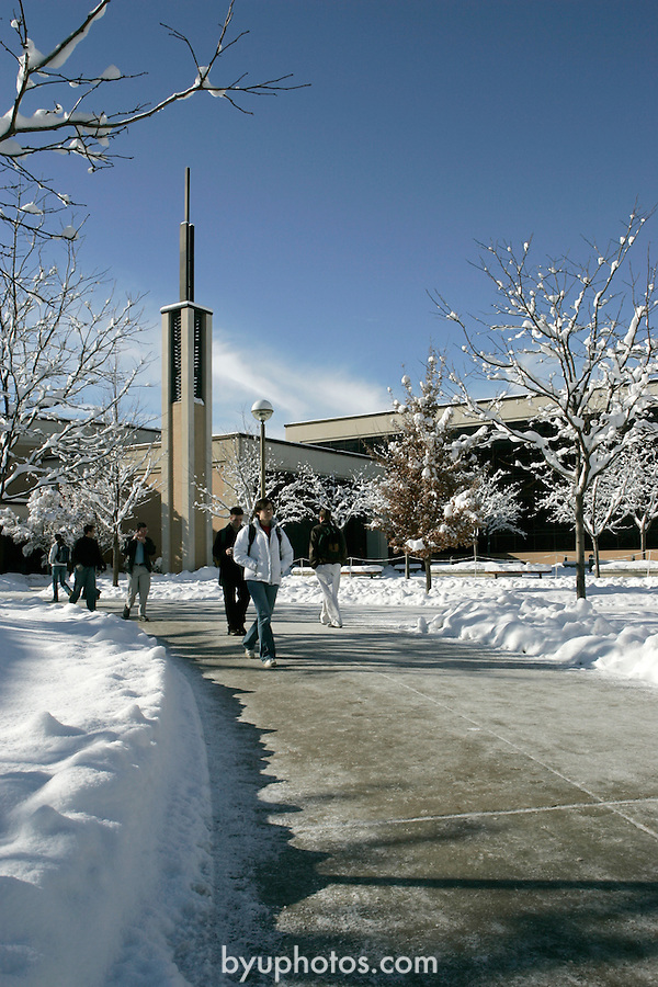 .0501-17 GCS Snow..Photo by Jaren Wilkey/BYU..Copyright BYU Photo 2005.All Rights Reserved.photo@byu.edu  (801)422-7322..1/7/05.Joseph Smith Building, morning, snow, students...