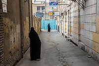 due donne in chador per le vie di Kachan<br />