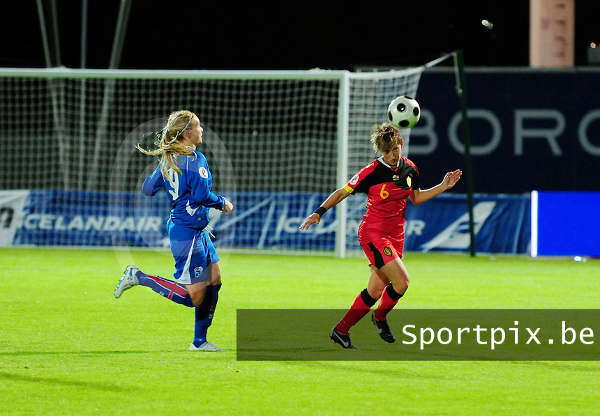 Iceland : UEFA Women's Euro Qualifying group stage (Group 3) - 21/09/2011 - 21:30CET (19:30 local time) - Laugardalsvöllur - Reykjavik : ICELAND (ijsland) - BELGIUM ( Belgie) : Niki De Cock aan de bal voor Margret Vidarsdottir.foto DAVID CATRY / Vrouwenteam.be