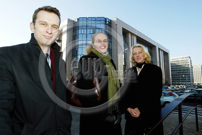 BELGIUM, Brussels / 24 January 2003--Knut KROEPELIEN (L) and Mette JÆRANLI are working as National Experts in the DG for Health and Consumer Protection and Ida MONCLAIR (R) in the DG for Employment and Social Affairs at the Eu-Commission. In the background the building of the EU-Council of Ministers..PHOTO: JUHA ROININEN