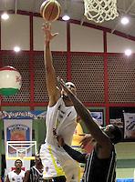 BUCARAMANGA -COLOMBIA, 01-06-2013. John Hernández (I) de Búcaros trata de anotar en contra de Jeff Jahnbulleh (D) de Piratas durante el juego 5 de los PlayOffs de la  Liga DirecTV de baloncesto Profesional de Colombia realizado en el Coliseo Vicente Díaz Romero de Bucaramanga./ John Hernandez (L) of Bucaros tries to score against Jeff Jahnbulleh (R) of Piratas during the PlayOffs game 5 of  DirecTV professional basketball League in Colombia at Vicente Diaz Romero coliseum in Bucaramanga. Photo:VizzorImage / Jaime Moreno / STR