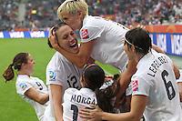 DUS818. MOENCHENGLADBACH (ALEMANIA), 13/07/2011.- La jugadora norteamericana Lauren Cheney (2i), celebra con sus compañeras el gol conseguido por Abby Wambach, que pone el marcador 2-1 a su favor, durante el partido de semifinales del Mundial de fútbol femenino que disputan Francia y EE.UU. en el estadio Borussia-Park de Moenchengladbach, Alemania, hoy, miércoles 13 de julio de 2011. EFE/Friso Gentsch..