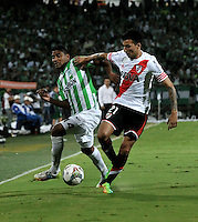 MEDELLIN- COLOMBIA – 03-12-2014: Luis Ruiz (Izq.) jugador de Atletico Nacional de Colombia de disputa el balon con Leonel Vangioni (Der.) jugador de River Plate de Argentina durante partido de ida de la final de la Copa Total Suramericana entre Atletico Nacional de Colombia y River Plate de Argentina en el estadio Atanasio Girardot de la ciudad de Medellin.  / Luis Ruiz (L) player of Atletico Nacional de Colombia vies for the ball with Leonel Vangioni (R) player of River Plate of Argentina during a match for the first leg of the final between Atletico Nacional of Colombia and River Plate of Argentina of the Copa Total Suramericana in the Atanasio Girardot stadium, in Medellin city. Photo: VizzorImage / Luis Ramirez/ Staff.