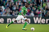 FUSSBALL   1. BUNDESLIGA   SAISON 2013/2014   7. SPIELTAG SV Werder Bremen - 1. FC Nuernberg                    29.09.2013 Assani Lukimya (SV Werder Bremen) Einzelaktion am Ball