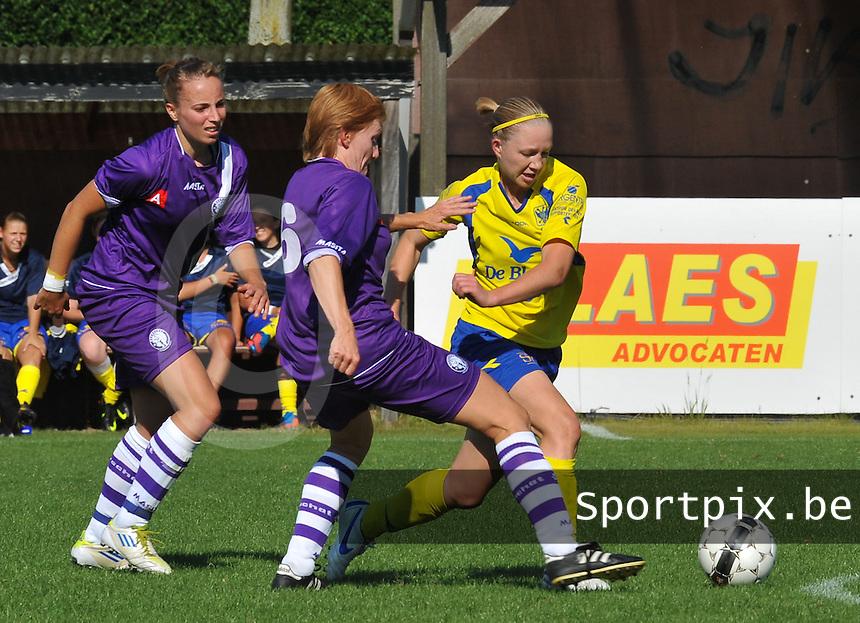 Beerschot Dames - STVV  Sint-Truiden VV Dames :.Inge Heiremans aan de bal voor Ilse Laarmans en Lim De Vetter (links).foto JOKE VUYLSTEKE / Vrouwenteam.be