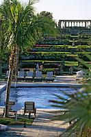 """Iles Bahamas / New Providence et Paradise Island / Nassau: Hotel """"One & Only Océan Club"""" la piscine , le jardin """"Versailles Garden"""" et le cloitre Augustin du XIV e Siècle venant de Montrejeau"""
