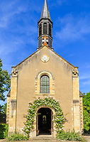 France, Cher (18), Apremont-sur-Allier, labellisé Plus Beaux Villages de France, l'église et rosiers grimpants