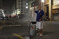 SÃO PAULO 18 JUNHO 2013 - PROTESTO CONTRA O AUMENTO DE TARIFA DE ONIBUS SP- Vendedor de churrasco vende o produto  ao lado do predio da prefeitura de São Paulo na noite desta terça feira (18). É a 6ª manifestação organizada pelo MPL (Movimento Passe Livre) que reivindica a redução da passagem de ônibus na cidade de São Paulo. FOTO: LEVI BIANCO - BRAZIL PHOTO PRESS