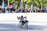 NEW YORK, NY, 06.11.2016 - MARATONA-NEW YORK -Marcel Hug da Suiça e  Kurt Fearnley da Australia, categoria cadeiras de roda durante chegada no Central Park da Maratona Internacional de New York  nos Estados Unidos neste domingo, 06.(Foto: William Volcov/Brazil Photo Press)