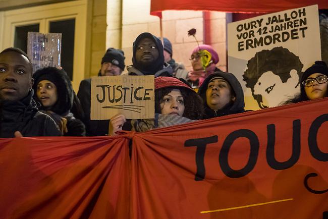 Demonstration am Sonntag den 7. Januar 2018 in Dessau anlaesslich des 13. Todestages des Sierra Leoners Oury Jalloh, der am 7. Januar 2005 unter bislang nicht geklaerten Umstaenden in einer Gewahrsamszelle in der Polizeiwache Wolfgangstrasse, bei lebendigem Leib verbrannte. Der damals wachhabende Dienstgruppenleiter wurde 2012 wegen fahrlaessiger Toetung verurteilt.<br /> Im November 2017 wurde bekannt, dass die Staatsanwaltschaft Dessau-Rosslau davon ausgeht, dass eine Selbstentzuendung durch den gefesselten Oury Jalloh unwahrscheinlich sei und stattdessen den Einsatz von Brandbeschleuniger und die Beteiligung Dritter fuer wahrscheinlich haelt. Der Staatsanwaltschaft wurde jedoch das Verfahren entzogen und an die Staatsanwaltschaft Halle uebergeben die im Oktober 2017 das Verfahren einstellte.<br /> An der Demonstration beteiligten sich ca. 3.500 Menschen.<br /> Im Bild: Die Demonstration fand ihren Abschluss vor der Polizeiwache Wolfgangstrasse.<br /> 7.1.2018, Dessau<br /> Copyright: Christian-Ditsch.de<br /> [Inhaltsveraendernde Manipulation des Fotos nur nach ausdruecklicher Genehmigung des Fotografen. Vereinbarungen ueber Abtretung von Persoenlichkeitsrechten/Model Release der abgebildeten Person/Personen liegen nicht vor. NO MODEL RELEASE! Nur fuer Redaktionelle Zwecke. Don't publish without copyright Christian-Ditsch.de, Veroeffentlichung nur mit Fotografennennung, sowie gegen Honorar, MwSt. und Beleg. Konto: I N G - D i B a, IBAN DE58500105175400192269, BIC INGDDEFFXXX, Kontakt: post@christian-ditsch.de<br /> Bei der Bearbeitung der Dateiinformationen darf die Urheberkennzeichnung in den EXIF- und  IPTC-Daten nicht entfernt werden, diese sind in digitalen Medien nach &sect;95c UrhG rechtlich geschuetzt. Der Urhebervermerk wird gemaess &sect;13 UrhG verlangt.]