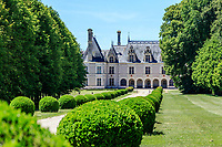 France, Loir-et-Cher (41), Cellettes, Château de Beauregard, façade nord-est, allée de Chambord bordée de buis centenaires taillés en boules