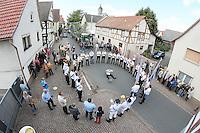 Kerweborsch bei Bürgermeister Andreas Rotzinger am historischen Rathaus Büttelborn