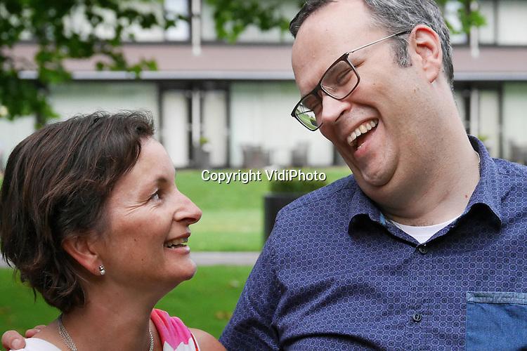 Foto: VidiPhoto<br /> <br /> TERNEUZEN - John (en zijn vrouw Elsbeth) Tollenaar uit Terneuzen. John is voormalig begrafenisondernemer en verpleegkundige en lijdt aan een onbekende en ongeneeslijke auto-immuunziekte. Op dit moment is hij medewerker aan het vragenpanel van de reformatorische jongerensite Refoweb en preekt hij als voorganger nog in enkele vrije kerkelijke gemeenten.
