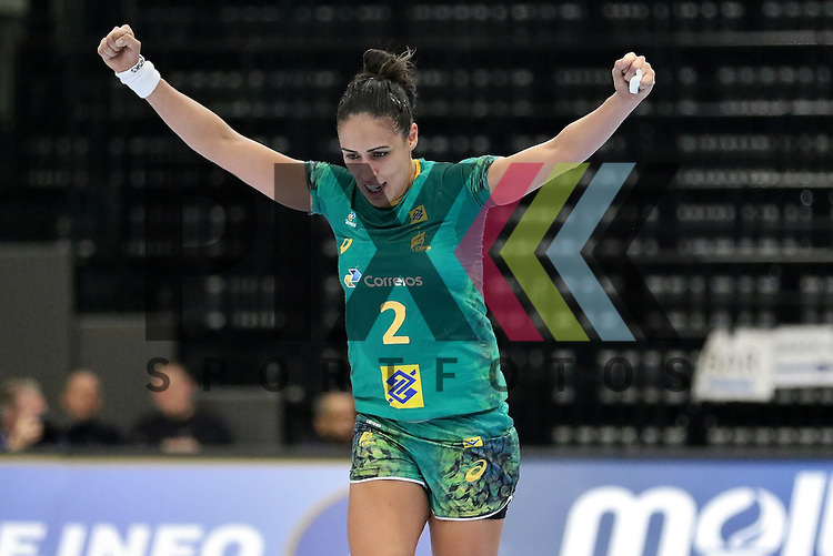 Kolding (DK), 010.12.15, Sport, Handball, 22th Women's Handball World Championship, Vorrunde, Gruppe C, Argentinien-Brasilien : Jubel / Torjubel bei Fabiana Carvalho Diniz (Braslien, #02)<br /> <br /> Foto &copy; PIX-Sportfotos *** Foto ist honorarpflichtig! *** Auf Anfrage in hoeherer Qualitaet/Aufloesung. Belegexemplar erbeten. Veroeffentlichung ausschliesslich fuer journalistisch-publizistische Zwecke. For editorial use only.