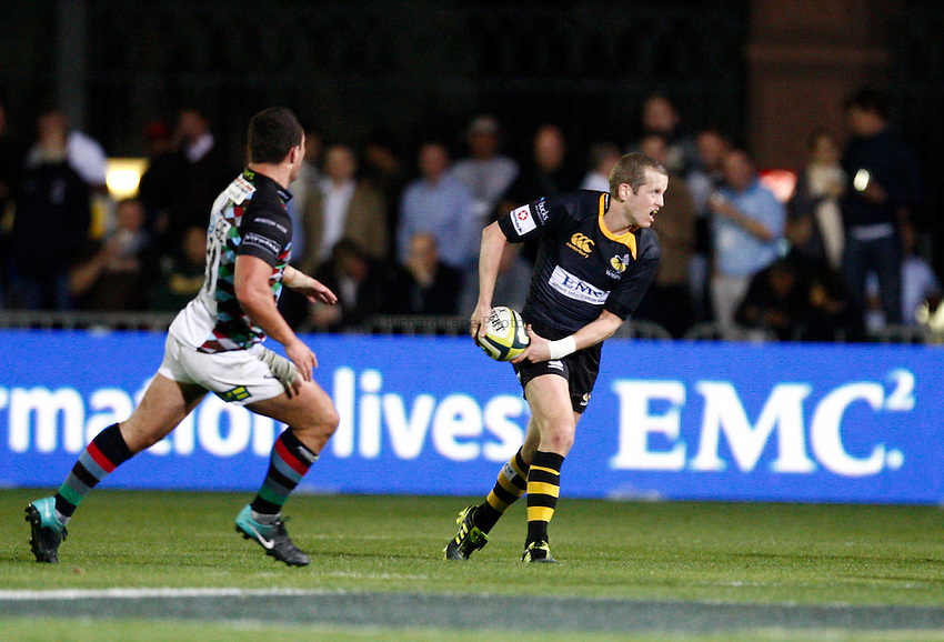 Photo: Richard Lane/Richard Lane Photography. London Wasps v Harlequins. LV= Cup. 30/01/2011. Wasps' Dave Walder passes.