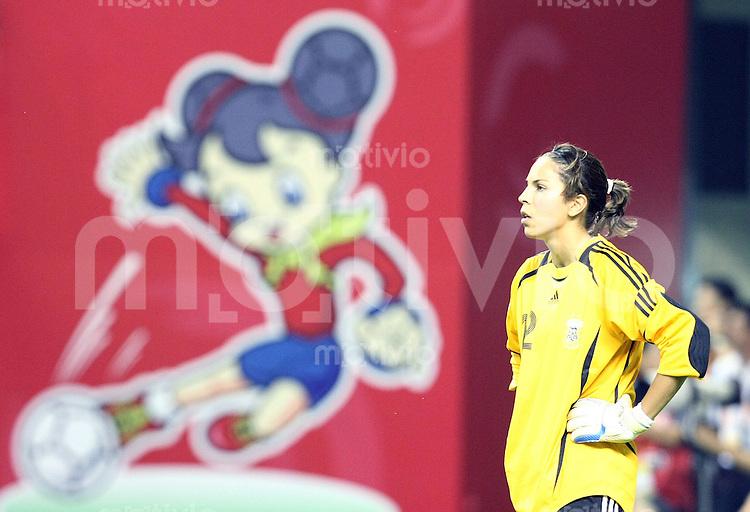 Fussball   International  5. FIFA Frauen Weltmeisterschaft in China    Eroeffnungsspiel Deutschland - Argentinien Germany vs. Argentina Torwaertin Vanina CORREA (ARG) steht enttaeuscht auf dem Spielfeld. Im Hintergrund sieht man das offizielle WM Logo 2007.