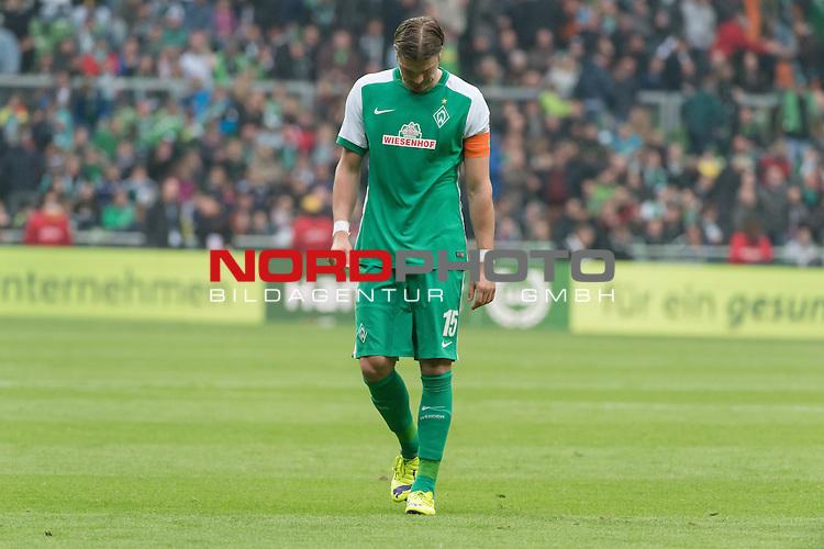 16.05.2015, Weser Stadion, Bremen, GER, 1.FBL. Werder Bremen vs Borussia Moenchengladbach, im Bild<br /> <br /> Sebastian Pr&ouml;dl / Proedl (Bremen #15)<br /> Einzelaktion, Ganzk&ouml;rper / Ganzkoerper,<br /> entt&auml;uscht / enttaeuscht / traurig /<br /> <br /> Foto &copy; nordphoto / Kokenge