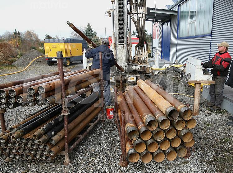 Bohrung zur umweltschonendeen Heiztechnik mir Erdwaerme 09.11.2007 Arbeiter der Firma Gungl Bohrgesellschaft legt eine  Bohrgestaenge  in den Imlochhammer-Bohrer ein.