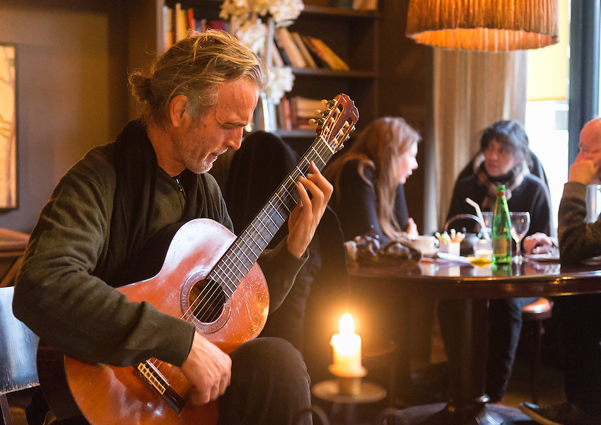 Stephen Lyman playing the Bach Lute Suites and other pieces of music on guitar in The Fumoir, 6 rue du l'Amiral de Coligny, 75001 Paris, accompanied by Valerie Kuhn, Robert Lipscomb and ?. Tuesday 26th February 2013.