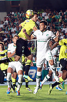 CALI- COLOMBIA -22 -01-2014: Nestor Camacho (Der.) jugador de Deportivo Cali disputa el balón con Francisco Najera (Izq.) jugador del Atletico Nacional en durante partido de ida por la Super Liga 2014, jugado en el estadio Pascual Guerrero de la ciudad de Cali. / Nestor Camacho (R) player of Deportivo Cali vies for the ball with Francisco Najera (L) player of Atletico Nacional during a match for the first leg of the Super Liga 2014 at the Pascual Guerrero Stadium in Cali city. Photo: VizzorImage  / Luis Ramirez / Staff.