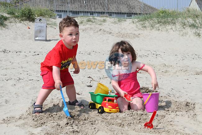 Conor and Ellie Faulkner enjoying the sun on Bettystown Beach...(Photo Jenny Matthews/www.newsfile.ie)
