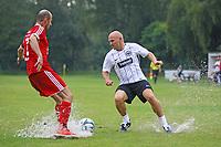 Büttelborn 25.08.2017: SKV Old Boys vs. Eintracht Frankfurt Traditionsmannschaft<br /> Thomas Zampach (Eintracht Frankfurt Traditionsmannschaft) im Zweikampf<br /> Foto: Vollformat/Marc Schüler, Schäfergasse 5, 65428 R'heim, Fon 0151/11654988, Bankverbindung KSKGG BLZ. 50852553 , KTO. 16003352. Alle Honorare zzgl. 7% MwSt.